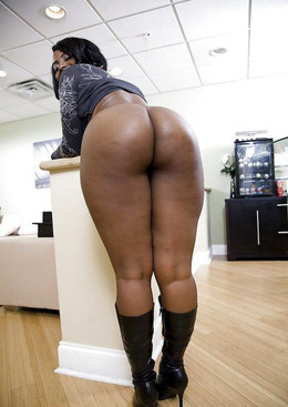 Curvy black babes splash their booty..